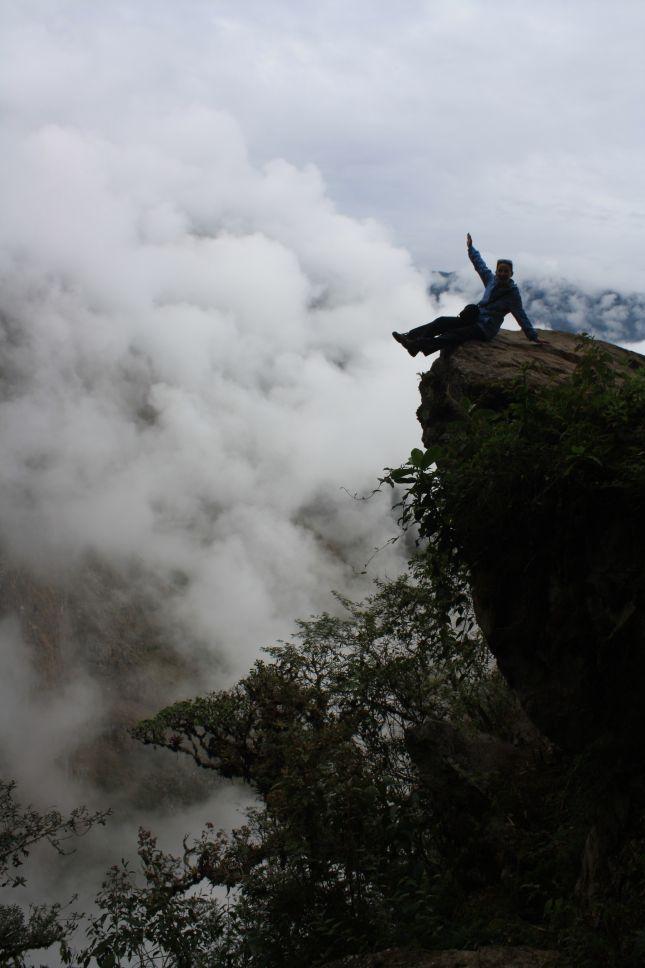 machu-picchu-cliff-ebru.JPG