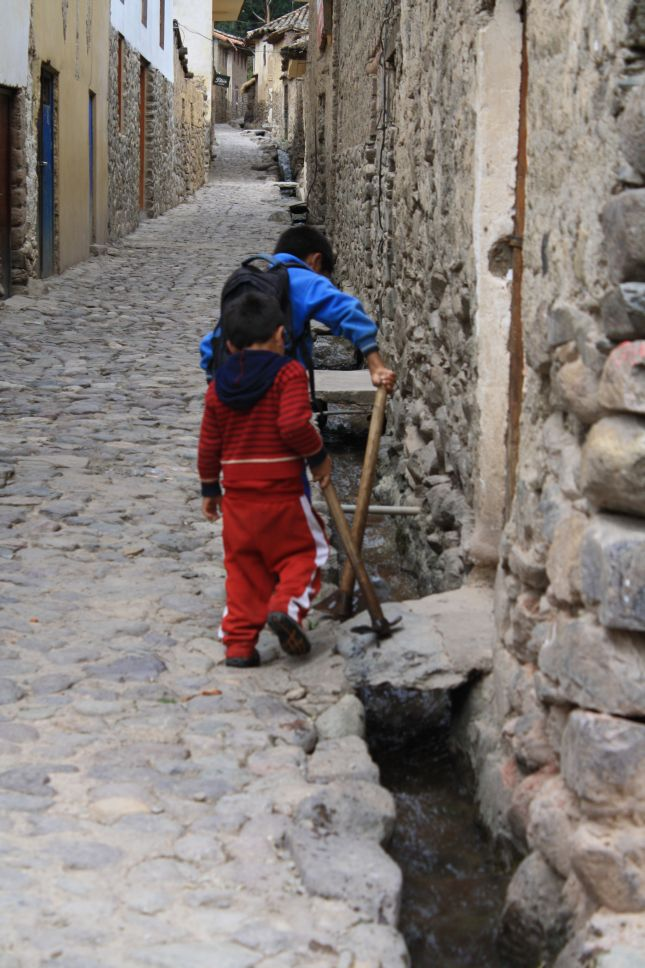 ollantaytambo-waterways-kids.JPG
