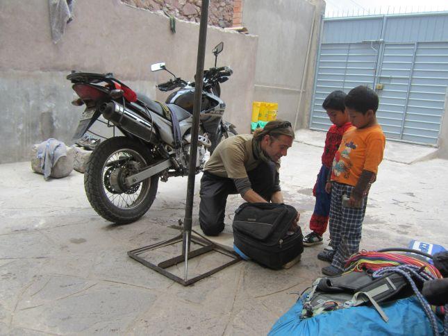 urcos-hostel-oil-topup-kids.JPG